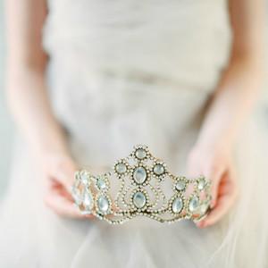 Свадебные тренды 2019: диадема в образе невесты